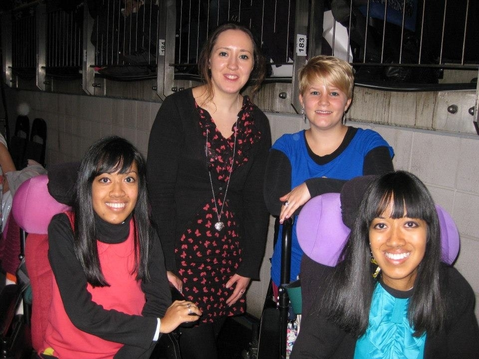RobbieWilliamsConcertNov12 02Arena JudithMerry in Red on the L   LauraMerry in Blue on the R with friends 2